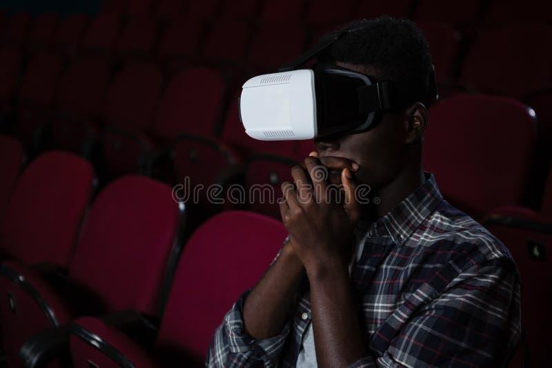Equipe usando auriculares da realidade virtual ao olhar o filme imagens de stock