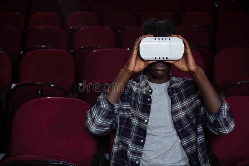 Equipe usando auriculares da realidade virtual ao olhar o filme fotos de stock