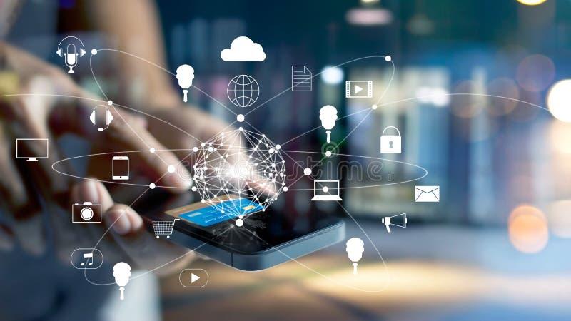 Equipe usando a compra dos pagamentos móveis e a conexão de rede em linha do cliente do ícone no canal da tela, da m-operação ban fotos de stock royalty free
