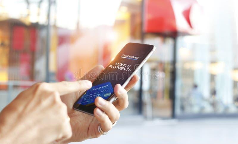 Equipe usando a conexão de rede em linha da compra dos pagamentos móveis fotos de stock