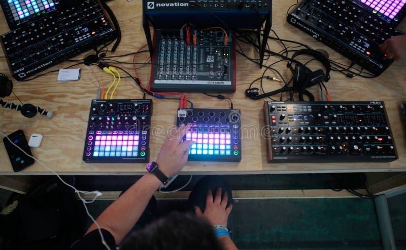 Equipe usando o sistema do sintetizador da música no festival da sonar imagem de stock royalty free