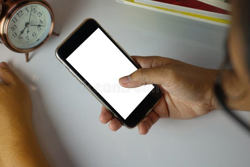 Equipe usando seu telefone celular na tabela com tela branca imagens de stock royalty free