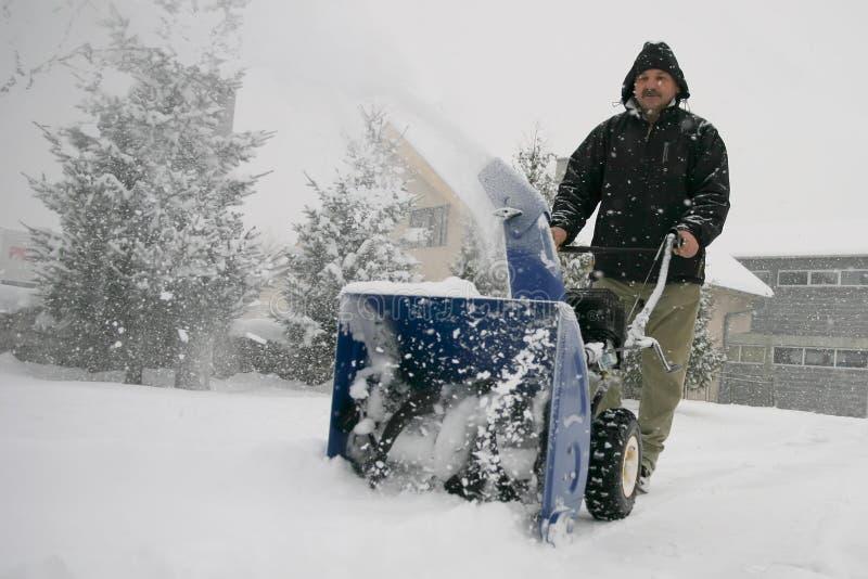 Equipe usando um ventilador de neve poderoso fotografia de stock royalty free