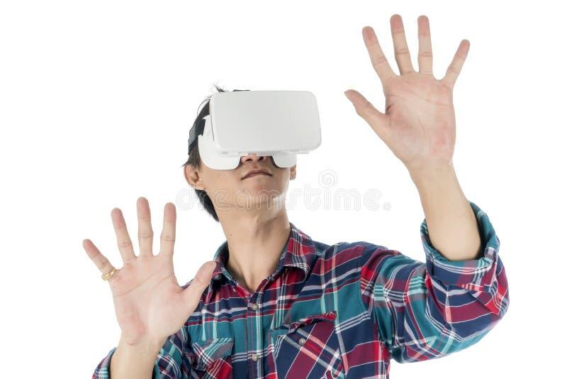 Equipe usando uns auriculares de VR e experimentando a realidade virtual imagens de stock