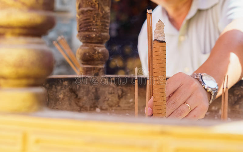 Equipe varas varas de um incenso no queimador de incenso no templo chinês fotos de stock