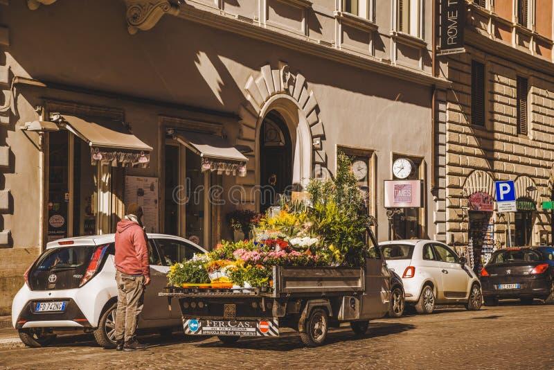 equipe a venda de flores do caminhão na rua de Roma fotos de stock