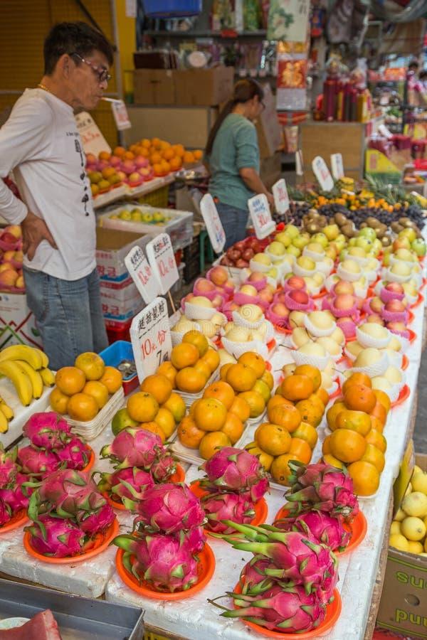 Equipe a venda de frutos no mercado de rua em Tai Po, Hong Kong foto de stock