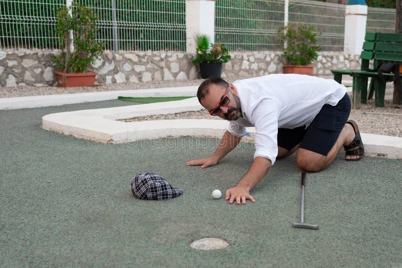 Equipe a vista da bola de golfe com vara à disposição antes de jogar imagem de stock royalty free