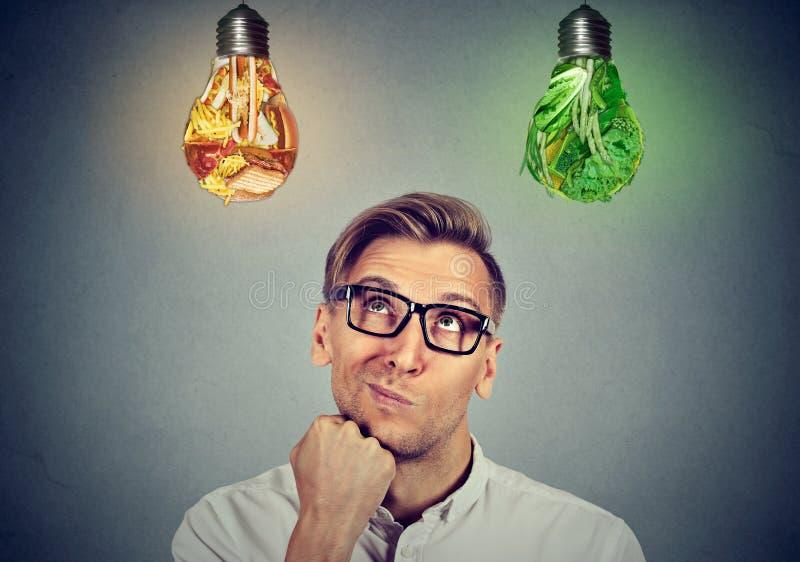 Equipe a vista de pensamento acima nas ampolas dos vegetais que imploram a comida lixo fotos de stock royalty free