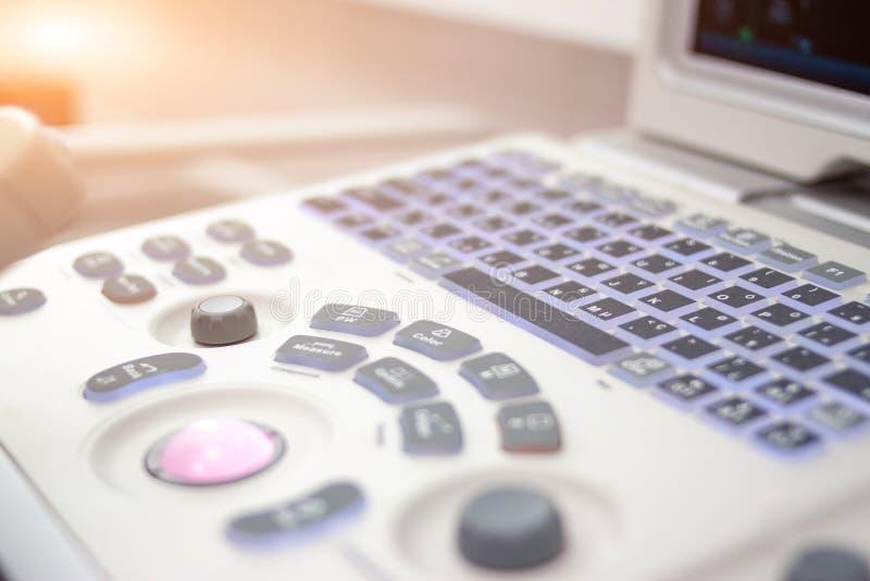 Equipmentin ανιχνευτών υπερήχου κινηματογραφήσεων σε πρώτο πλάνο στο νοσοκομείο κλινικών Διαγνωστικά, sonography και υγείας έννοι στοκ φωτογραφία