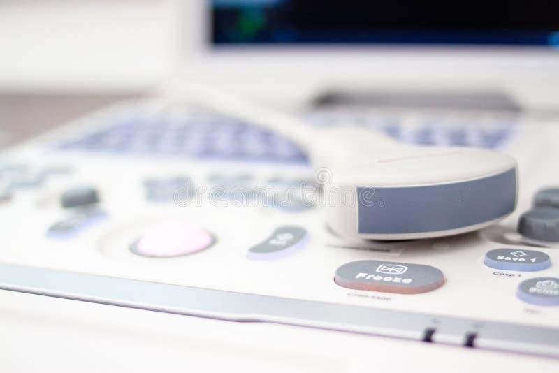 Equipmentin del escáner del ultrasonido del primer en hospital de la clínica Concepto de los diagnósticos, de la sonografía y de  fotos de archivo libres de regalías