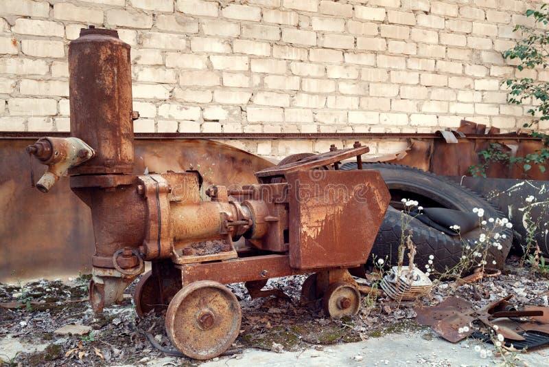 Equipo abandonado oxidado en la ciudad militar de Chernobyl-2 foto de archivo
