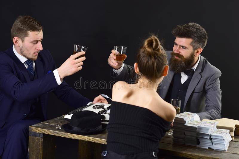 Equipo acertado Hombres de negocios de la reunión del control Los hombres ricos y la mujer celebran la realización de éxito Socio foto de archivo
