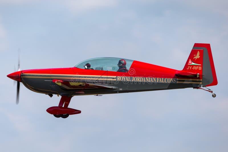 Equipo aeroacrobacia EA-300L adicional JY-RFB de los Falcons de Royal Jordanian en acercamiento a la tierra imagenes de archivo