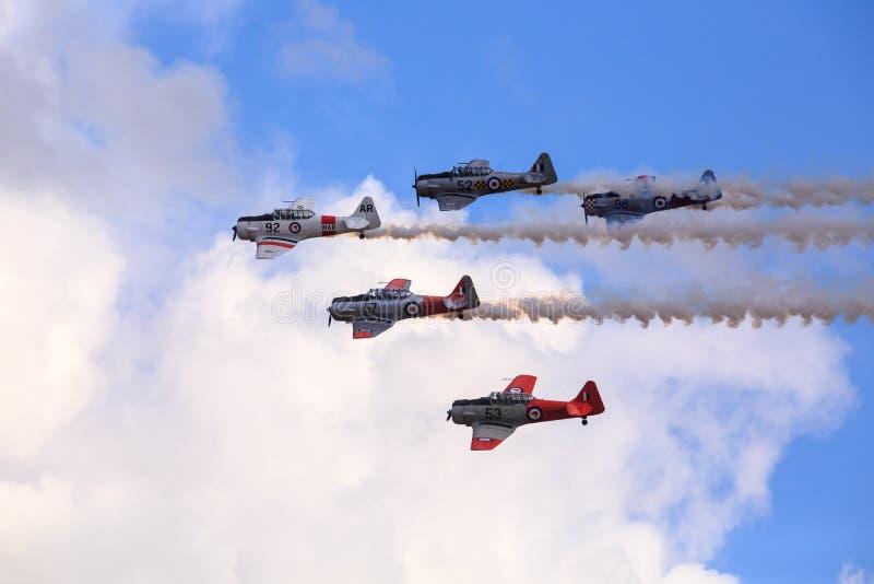 Equipo aerodinámico de aviones WW2 de Harvard haciendo humo foto de archivo libre de regalías
