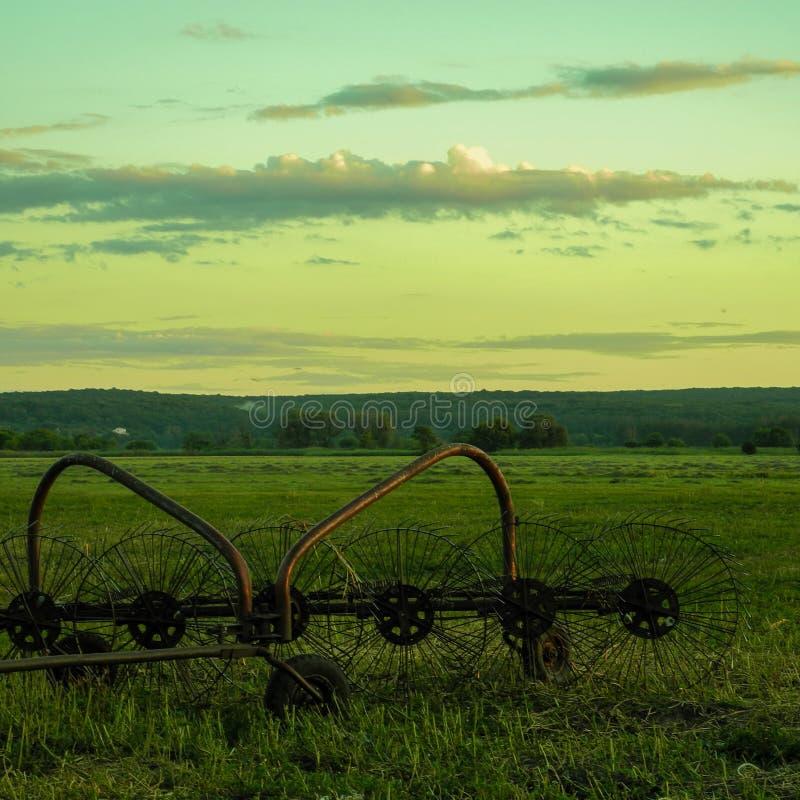 Equipo agrícola en el campo foto de archivo