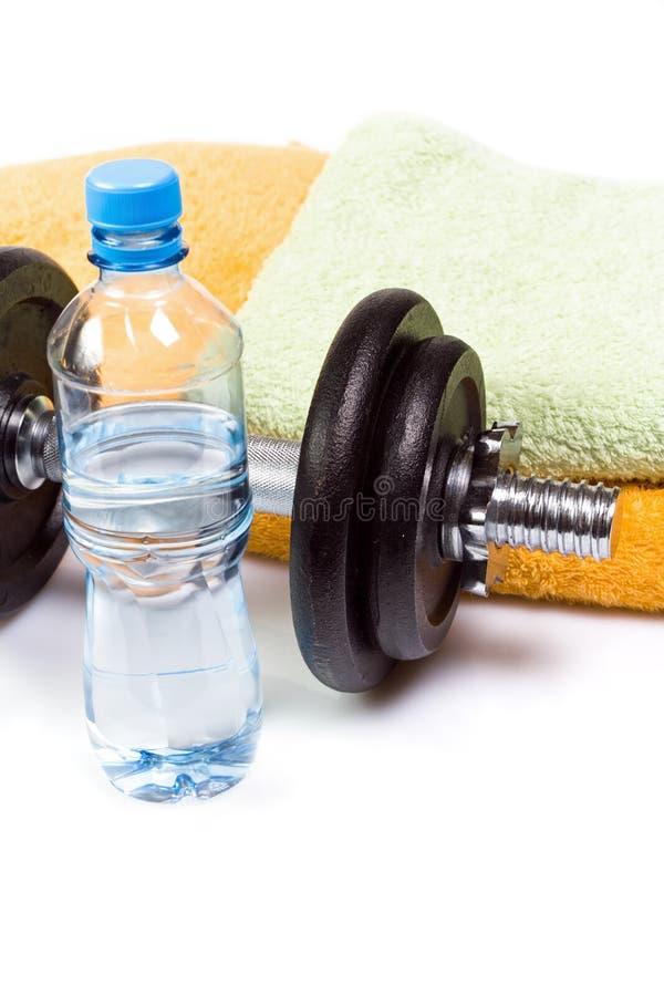 Equipo, agua y pesa de gimnasia del ejercicio fotos de archivo