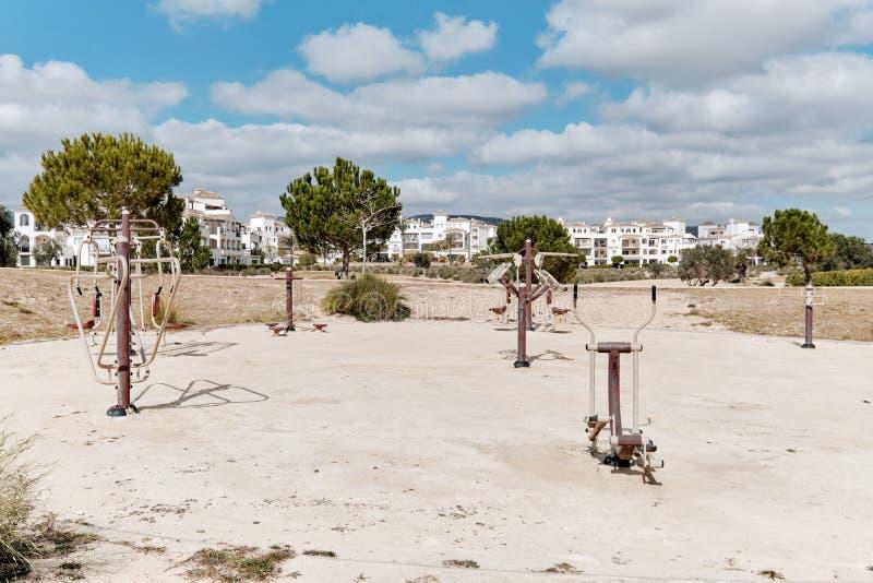 Equipo al aire libre de la aptitud en la playa arenosa en el parque p?blico para la forma de vida activa sana, nadie Ciudad de va foto de archivo