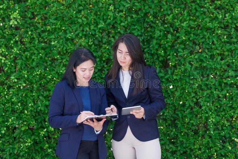 Equipo asiático de la empresaria que toma sobre trabajo fuera de la oficina en el gre imágenes de archivo libres de regalías