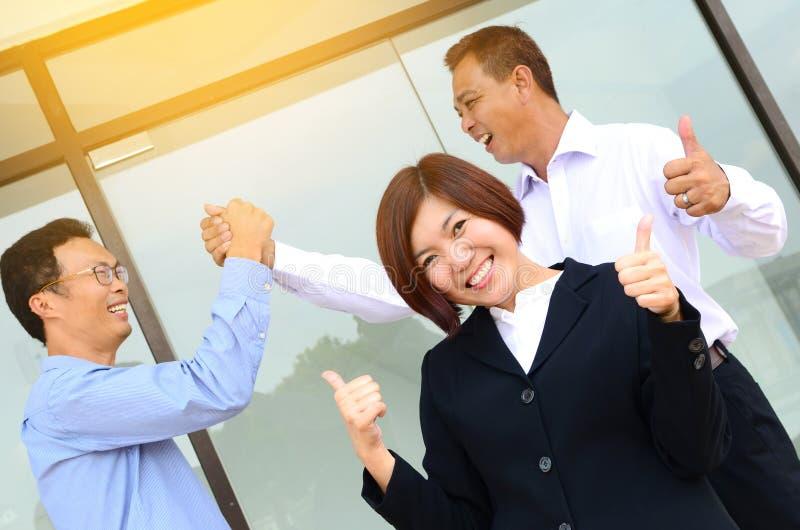 Equipo asiático emocionado del negocio imagenes de archivo