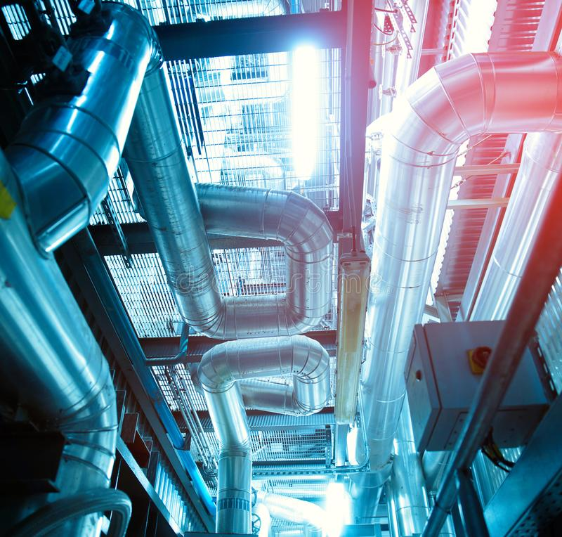 Equipo, cables y tubería según lo encontrado dentro de un industr moderno imagen de archivo