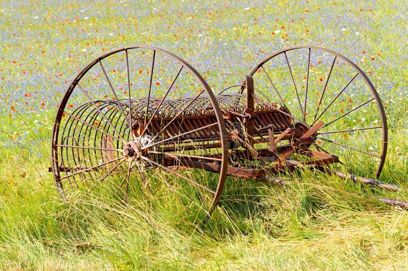 equipo Castelluccio cortacéspedes, agricultura Umbría, Italia fotografía de archivo