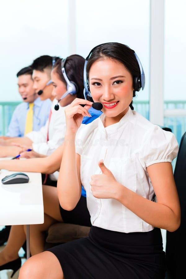 Equipo chino asiático del agente del centro de atención telefónica imágenes de archivo libres de regalías