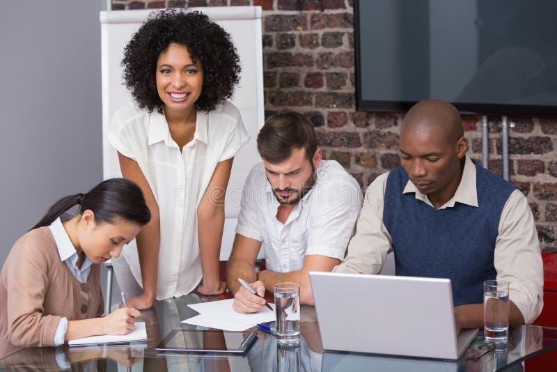 Equipo concentrado del negocio en la reunión imagen de archivo libre de regalías
