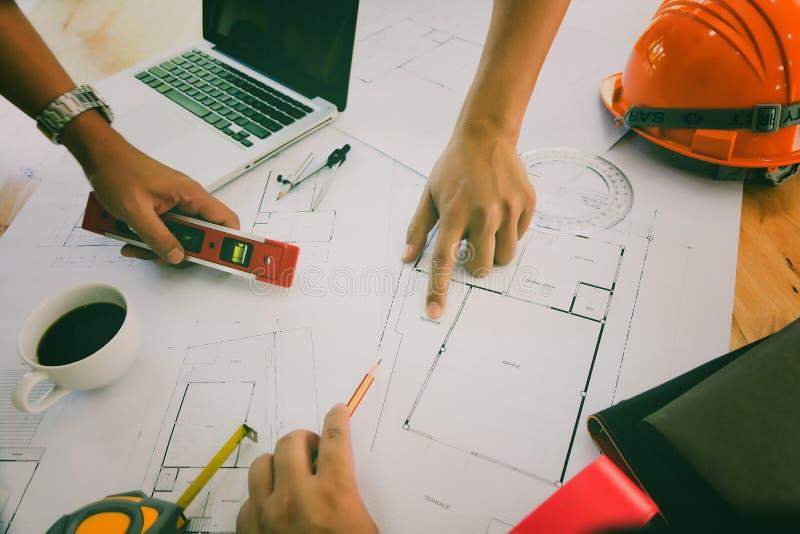 Equipo confiado de arquitecto que trabaja junto en una oficina Entonces discutiendo sobre nuevo proyecto de inicio en el escritor imagenes de archivo