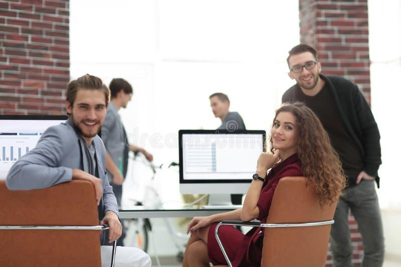 Equipo creativo del negocio en un lugar de trabajo en la oficina imagen de archivo