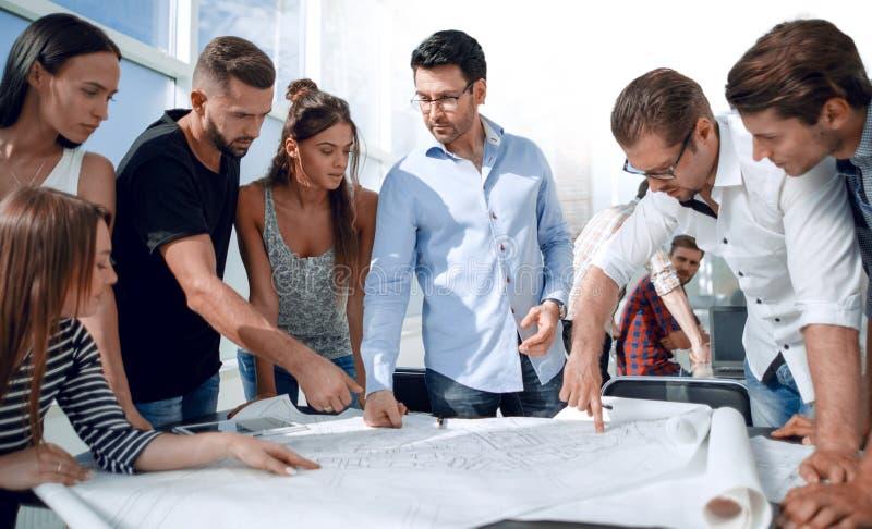 Equipo creativo del negocio que discute un nuevo proyecto imagen de archivo