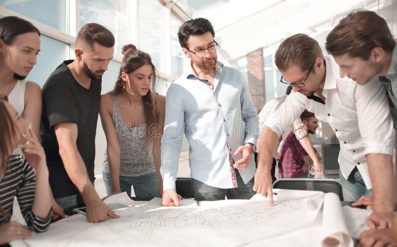 Equipo creativo del negocio que discute un nuevo proyecto foto de archivo libre de regalías