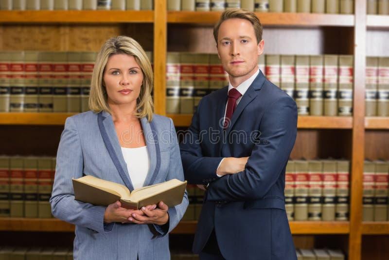 Equipo de abogados en la biblioteca jurídica fotografía de archivo