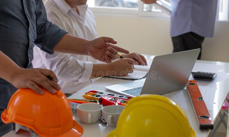 Equipo de arquitectos personas en grupo en los documentos de comprobación del sitio de construcción. Concepto imagen de archivo