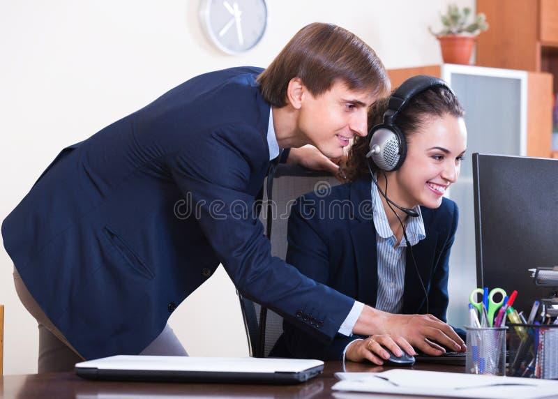 Equipo de ayuda que trabaja en centro de llamada foto de archivo
