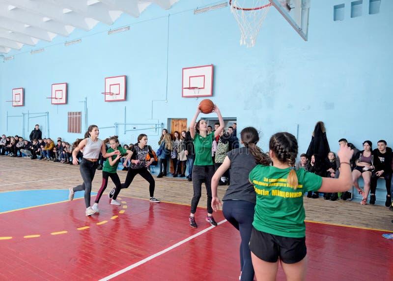 Equipo de baloncesto femenino de la escuela secundaria de Europa Oriental que juega al juego foto de archivo