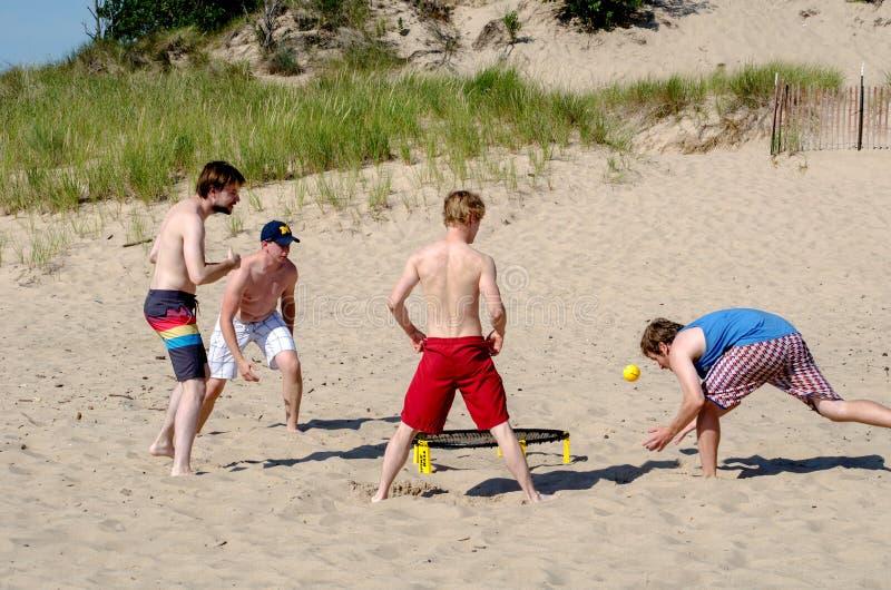 Equipo de bola del punto del juego de los hombres jovenes foto de archivo