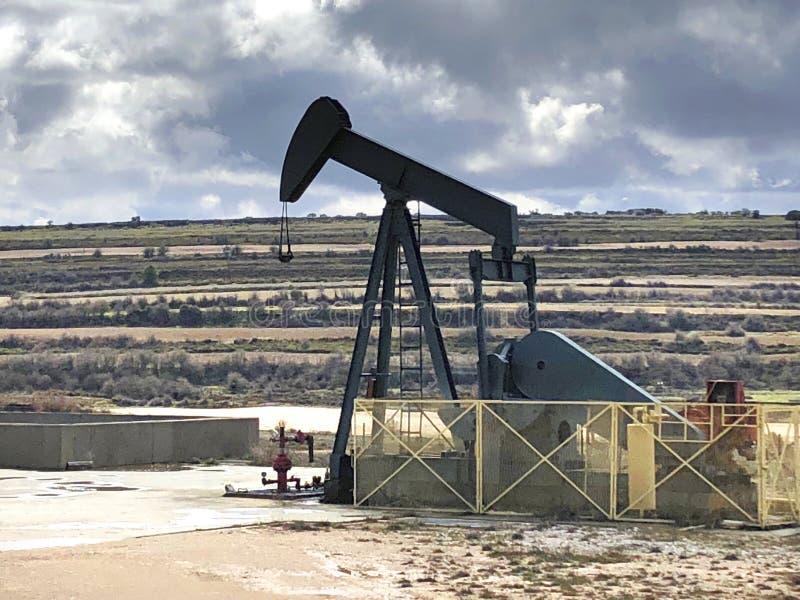Equipo de bombeo del aceite Campo del petróleo de Ayoluengo Burgos, España imagenes de archivo