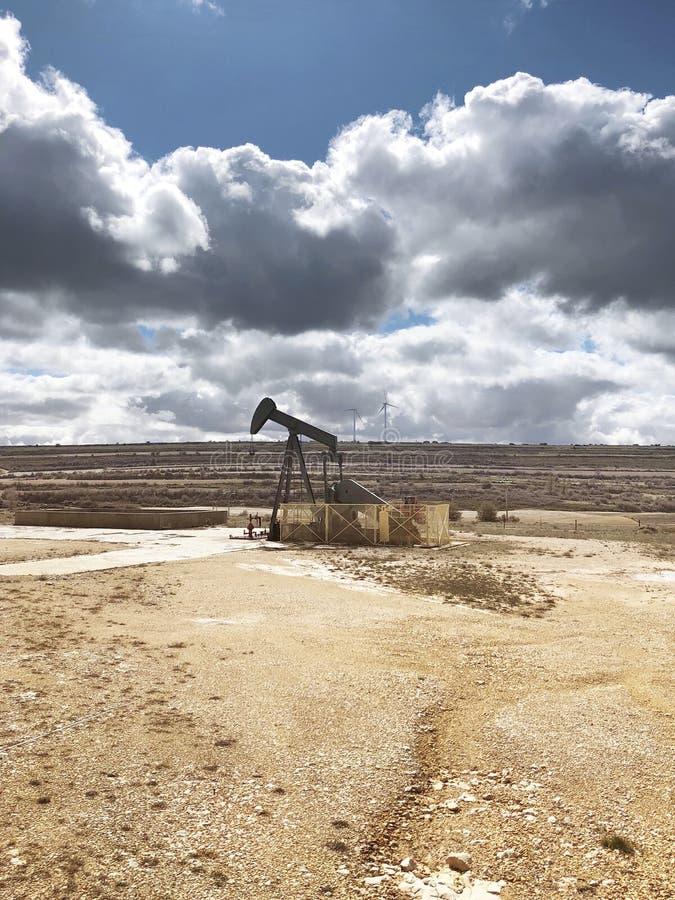 Equipo de bombeo del aceite Campo del petróleo de Ayoluengo Burgos, España imagen de archivo libre de regalías