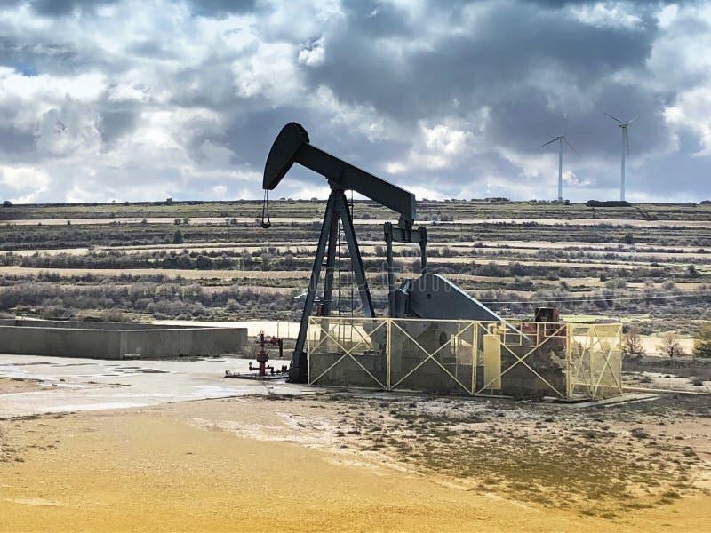 Equipo de bombeo del aceite Campo del petróleo de Ayoluengo Burgos, España foto de archivo