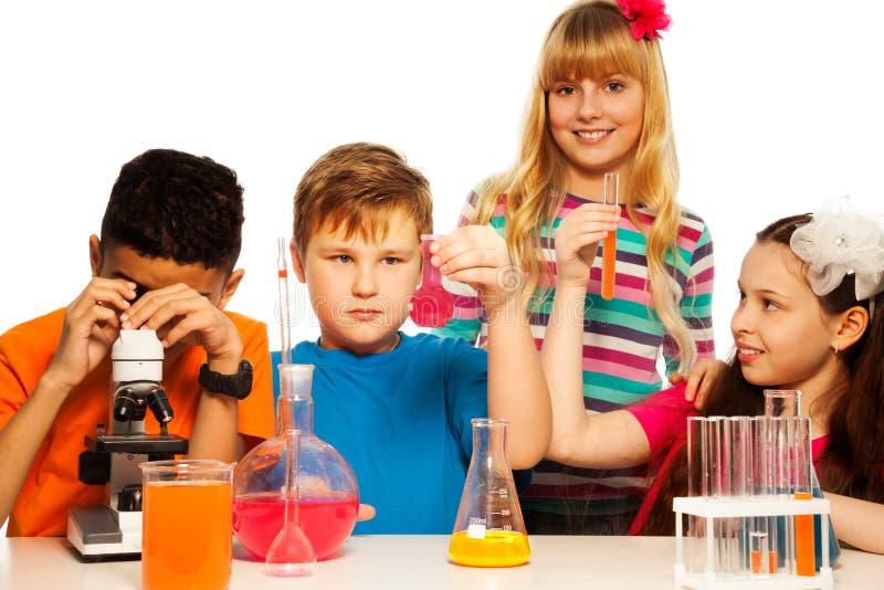 Equipo de los niños de la ciencia imagen de archivo libre de regalías
