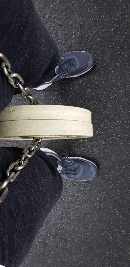 Equipo de deportes Carga para entrenar bajo la forma de crepes blancas en una cadena foto de archivo libre de regalías