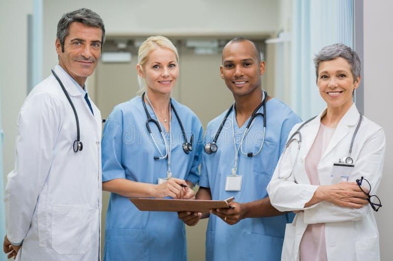 Equipo de doctores confiados fotografía de archivo