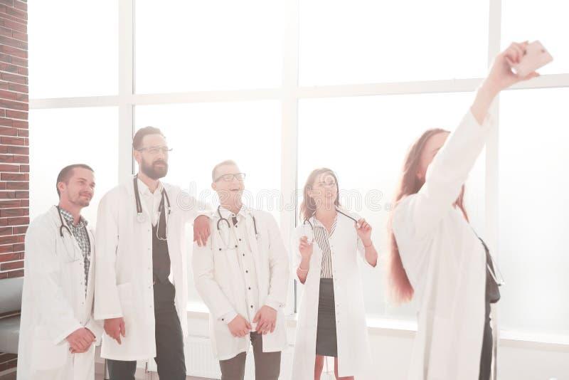 Equipo de doctores en el centro m?dico que toma un selfie fotos de archivo libres de regalías