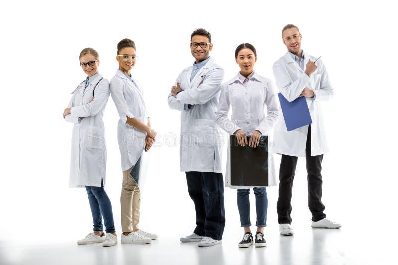 Equipo de doctores profesionales jovenes que se unen fotografía de archivo libre de regalías