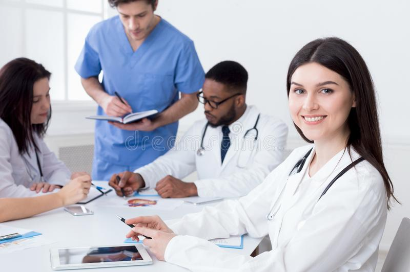 Equipo de doctores que tienen reunión en oficina médica imagenes de archivo