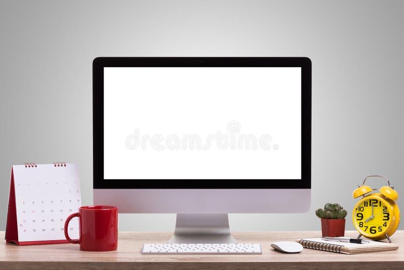 Equipo de escritorio, taza de café, despertador, cuaderno y c modernos fotos de archivo libres de regalías