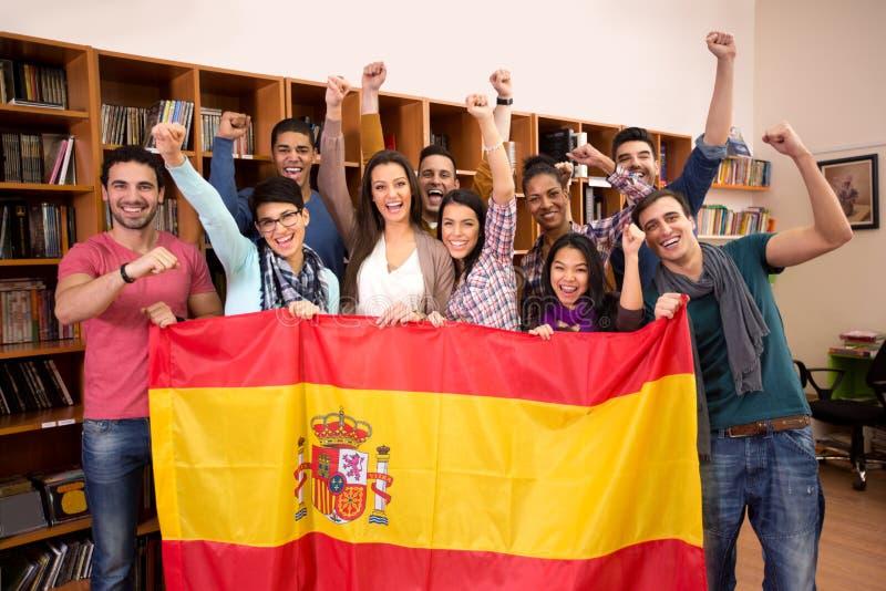 Equipo de estudiantes españoles emocionados con sonrisa de la victoria imagen de archivo