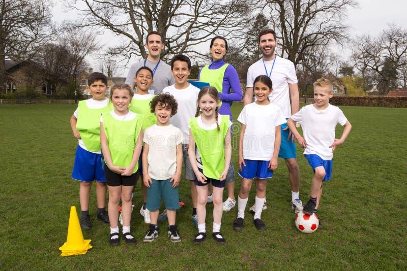 Equipo de fútbol de los niños imágenes de archivo libres de regalías