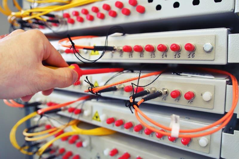 Equipo de fibra óptica de la tecnología de la información en centro de datos fotografía de archivo libre de regalías